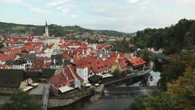 Cesky Krumlov, República Checa St Vitus Church And Cityscape In Sunny Autumn Day Sitio del patrimonio mundial de la UNESCO metrajes