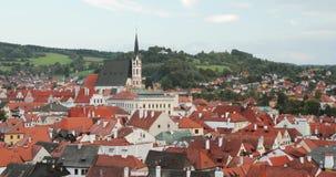 Cesky Krumlov, República Checa St Vitus Church And Cityscape In Sunny Autumn Day Sitio del patrimonio mundial de la UNESCO almacen de metraje de vídeo