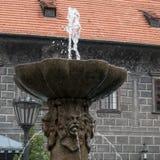 CESKY KRUMLOV, REPUBBLICA DI BOHEMIA/CZECH - 17 SETTEMBRE: Fontana fotografia stock libera da diritti
