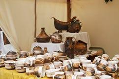 Cesky Krumlov, republika czech - Wrzesień 26, 2014: Pamiątkarskie filiżanki na artystycznym jarmarku Zdjęcie Royalty Free