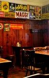 Cesky Krumlov - Retro cyna podpisuje wewnątrz restaurację zdjęcia royalty free