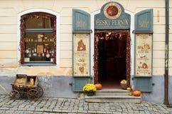 Cesky, Krumlov, tienda de souvenirs de mercancías bohemias Imagen de archivo libre de regalías