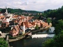 Cesky Krumlov - Tjeckien - Maj 2016 Sikt av det gamla centret, slotten och Vltava Är ett objekt av UNESCO Royaltyfri Foto