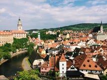 Cesky Krumlov - Tjeckien - Maj 2016 Sikt av det gamla centret, slotten och Vltava Är ett objekt av UNESCO Royaltyfria Bilder