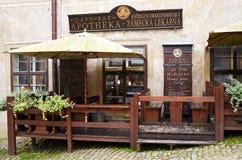 Cesky Krumlov, TSCHECHISCHE REPUBLIK - 26. September 2014: Café, Stange in einer alten Drogerie stockfotos