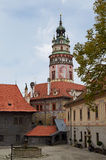 Cesky Krumlov, TSCHECHISCHE REPUBLIK - 26. September 2014 Schlossturm und -yard Cesky Krumlov Lizenzfreie Stockfotos