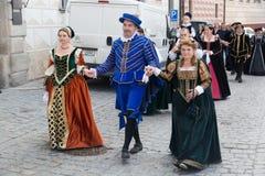 Cesky Krumlov, Tsjechische Republiek - Juni, 2017: De mensen gekleed in historische kostuums lopen op de middeleeuwse straten du  royalty-vrije stock fotografie