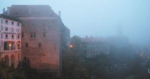 Cesky Krumlov, Tsjechische Republiek Kasteel in Misty Fog In Autumn Mrning De Plaats van de Erfenis van de Wereld van Unesco stock video