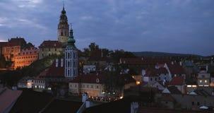 Cesky Krumlov, Tsjechische Republiek Kasteel, Toren en Cityscape in Autumn Evening Night De Plaats van de Erfenis van de Wereld v stock footage