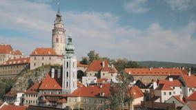 Cesky Krumlov, Tsjechische Republiek Kasteel, Toren en Cityscape in Sunny Autumn Day De Plaats van de Erfenis van de Wereld van U stock video