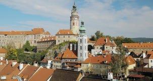 Cesky Krumlov, Tsjechische Republiek Kasteel, Toren en Cityscape in Sunny Autumn Day De Plaats van de Erfenis van de Wereld van U stock footage
