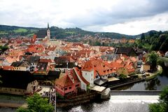 Cesky Krumlov, Tsjechische Republiek - Oktober 2014: Het Weergeven van Cesky Krumlov met rood roofed gebouwen royalty-vrije stock foto's