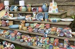 Cesky Krumlov, TSJECHISCHE REPUBLIEK - 26 September, 2014: Herinneringskoppen op Boheemse markt Stock Fotografie