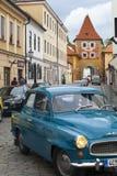 CESKY KRUMLOV, TSJECHISCHE REPUBLIEK - 20 SEPTEMBER, 2014: Looppas van oude retro auto's op stadsstraten Royalty-vrije Stock Foto