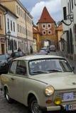 CESKY KRUMLOV, TSJECHISCHE REPUBLIEK - 20 SEPTEMBER, 2014: Looppas van oude retro auto's op stadsstraten Royalty-vrije Stock Afbeeldingen