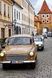 CESKY KRUMLOV, TSJECHISCHE REPUBLIEK - 20 SEPTEMBER, 2014: Looppas van oude retro auto's op stadsstraten Royalty-vrije Stock Afbeelding