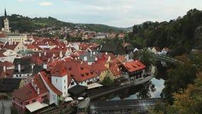 Cesky Krumlov, Tsjechische Republiek St Vitus Church And Cityscape In Sunny Autumn Day De Plaats van de Erfenis van de Wereld van stock videobeelden
