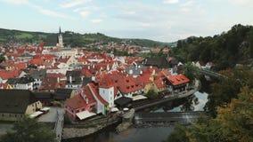 Cesky Krumlov, Tsjechische Republiek St Vitus Church And Cityscape In Sunny Autumn Day De Plaats van de Erfenis van de Wereld van stock footage