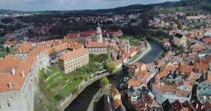 Cesky Krumlov - vista aérea de la ciudad, del castillo y de la torre metrajes
