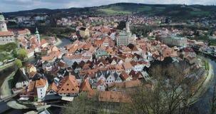 Cesky Krumlov - vista aérea de la ciudad, del castillo y de la torre almacen de video
