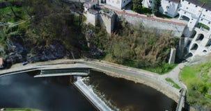Cesky Krumlov - vista aérea de los tejados y del castillo del rd de la ciudad metrajes
