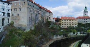 Cesky Krumlov, vista aérea de Cesky Krumlov, y castillo de la ciudad almacen de metraje de vídeo