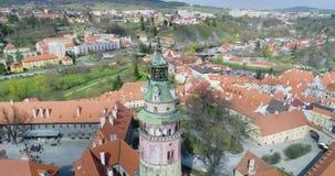 Cesky Krumlov, vista aérea de Cesky Krumlov, y torre del castillo metrajes