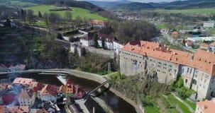 Cesky Krumlov, vue aérienne de Cesky Krumlov, et château de ville banque de vidéos
