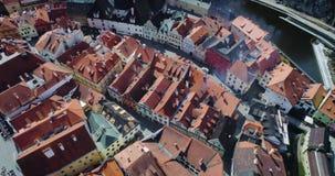 Cesky Krumlov - vue aérienne des toits de rd de ville banque de vidéos