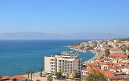 Cesme, Esmirna, Turquía - 13 de octubre de 2013: Vista de Cesme del castillo Imagenes de archivo