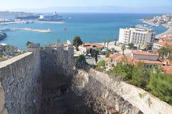 Cesme, Esmirna, Turquía - 13 de octubre de 2013: Vista de Cesme del castillo Foto de archivo libre de regalías
