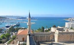 Cesme Izmir, Turkiet - Oktober 13, 2013: Sikt av Cesme från slotten Arkivfoton
