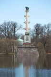 Cesme kolonn på den molniga April för stort damm eftermiddagen Catherine Park Tsarskoye Selo Royaltyfri Bild