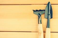 Cesoie del giardino su fondo di legno leggero Fotografia Stock Libera da Diritti