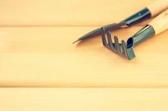 Cesoie del giardino su fondo di legno leggero Immagini Stock
