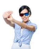 Cessez de faire des gestes la fille en verres 3D Photographie stock libre de droits