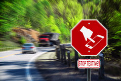 Cessez de textoter tout en conduisant - route Images libres de droits