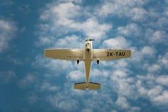 Cessna 172R en vuelo imágenes de archivo libres de regalías