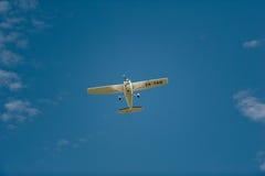 Cessna 172R en vuelo imagenes de archivo