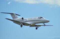 Cessna cytacja CJ 2 + przychodzący wewnątrz dla linding Zdjęcia Royalty Free