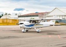 Cessna flygplan som parkeras på en liten flygplats Arkivfoto