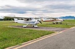 Cessna flygplan som parkeras på en liten flygplats Royaltyfria Bilder
