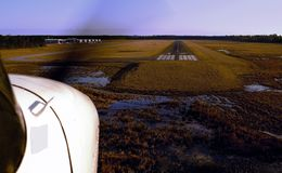 Cessna-grenzen Landung. Lizenzfreies Stockfoto