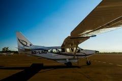 Cessna på den Maun flygplatsen, Botswana Arkivfoto