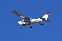 Cessna 172 sur le ciel bleu Image libre de droits