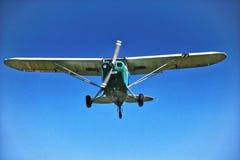 Cessna viejo 150 en vuelo fotografía de archivo