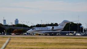 Cessna 750 vliegtuig die bij een luchthaven opstijgen stock fotografie