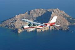 Cessna182 над белым островом Стоковая Фотография RF
