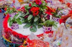 Cesta árabe con los dulces del regalo para que huéspedes festejen Hinа Foto de archivo libre de regalías