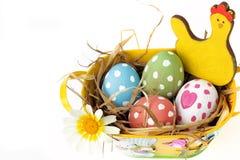Cesta adornada por completo de huevos coloridos Fotografía de archivo libre de regalías